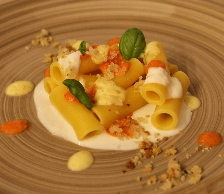 Ziti Pastazaff con emulsione di pomodorini gialli e rossi, burrata e pane aromatizzato